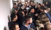 Napeto u Beogradu: Demonstranti ušli u zgradu RTS-a, za njima i policija