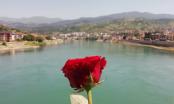 S mosta Mehmed-paše Sokolovića u Drinu bačeno 3.000 ruža: Sjećanje na ubijene Višegrađane