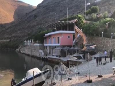 Vlasti Albanije buldožerom srušile restoran vlasniku koji je napao španske turiste (VIDEO)