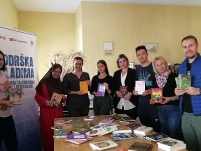 Mladi iz Gornjeg Rahića uručili podružnici gradske biblioteke određeni fond knjiga