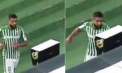 Igrač Betisa dobio crveni karton pa šakom udario i razbio VAR monitor (VIDEO)