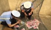 Bacao prolaznicima novac sa nebodera i izazvao saobraćajni kolaps (VIDEO)